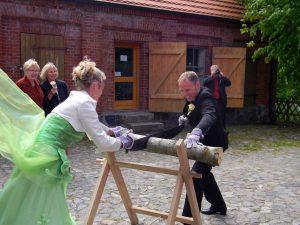 Hochzeitsbrauch - Holzstamm saegen auf Kap Arkona