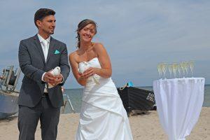 Taubenflug zur Hochzeit am Strand von Baabe auf Rügen