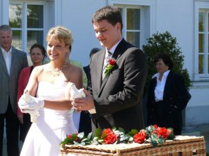 Weisse Hochzeitstauben auf Ruegen